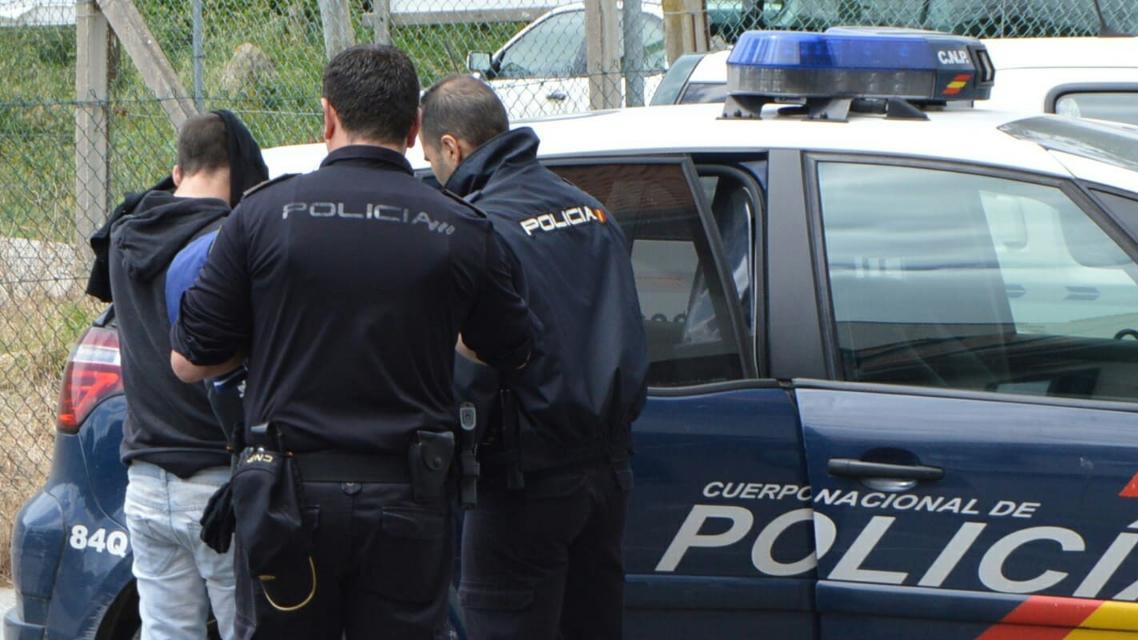 La_policia_detiene_a_un_ciudadano