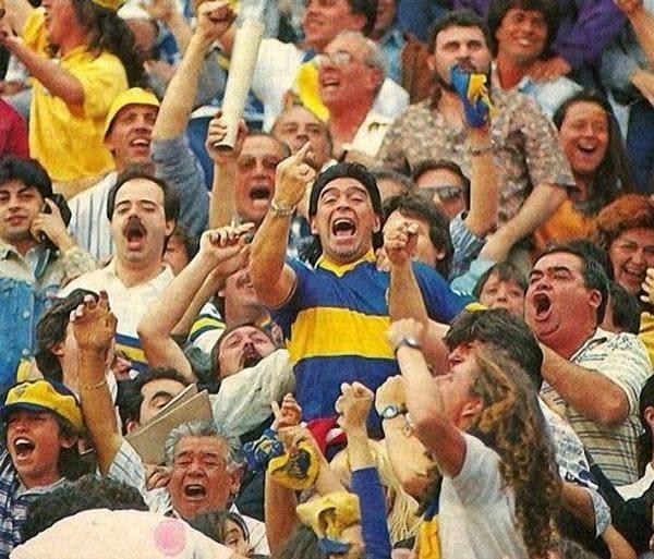Maradona_hace_una_peineta_a_River