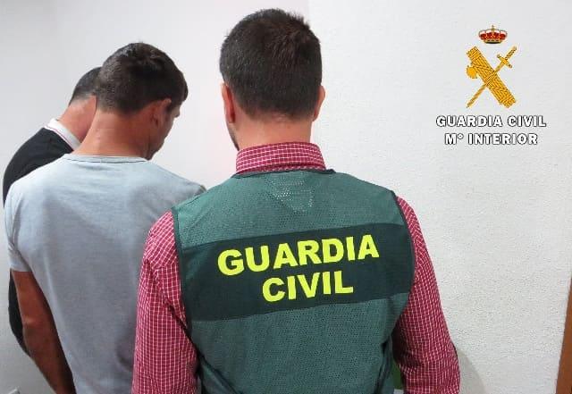 La_Guardia_Civil_con_uno_de_los_detenidos