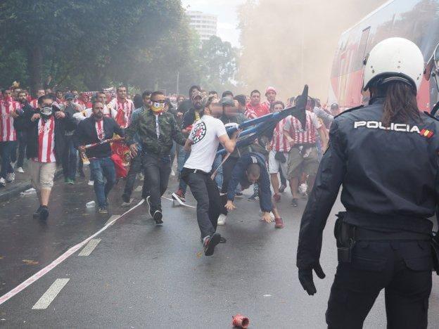 Un_policia_con_los_ultras