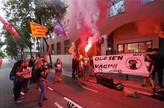 Acoso_de_independentistas_a_una_comisaria_1