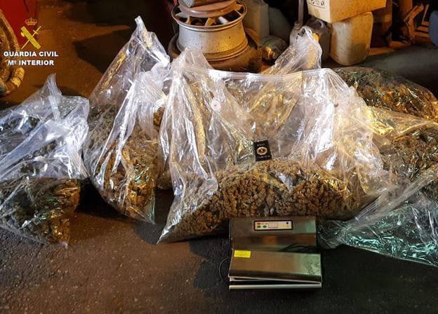 Encuentran_en_Granada_una_furgoneta_accidentada_sin_nadie_en_su_interior_y_con_22_kilos_de_marihuana_ocultos_en_un_doble_fondo_1
