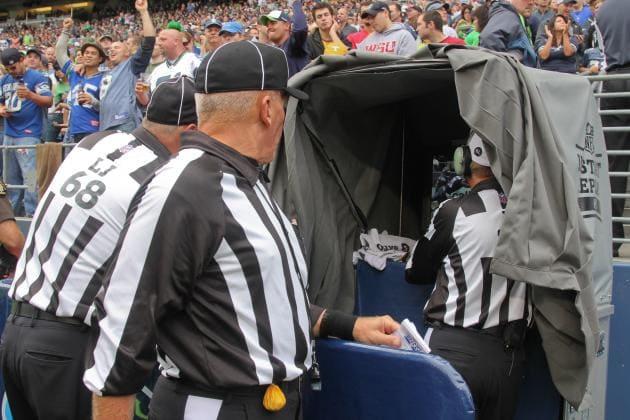 Arbitro_de_la_NFL_observa_el_VAR