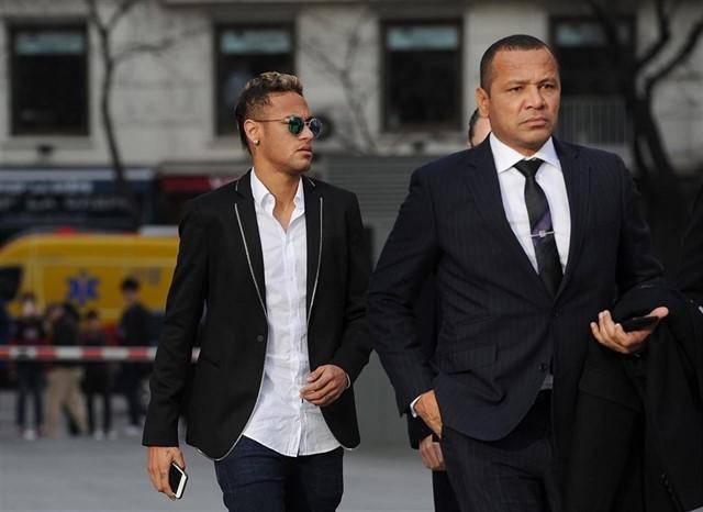 Neymar_yendo_con_su_padre_al_juzgado