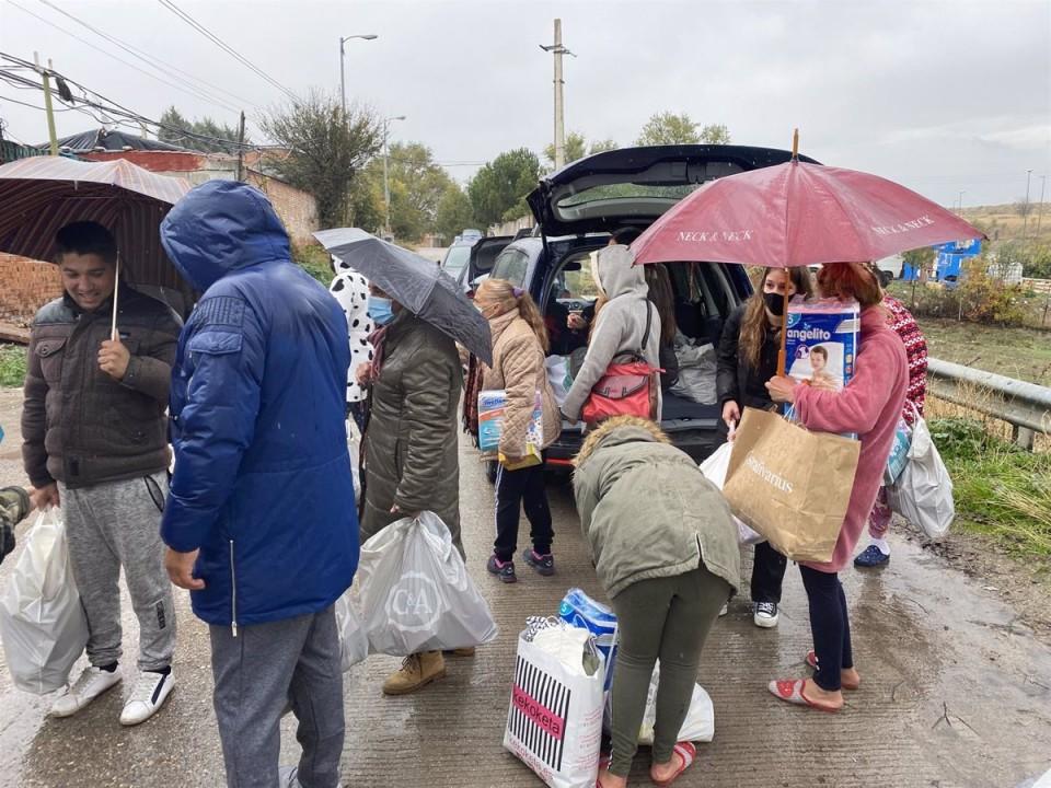 Fundación Madrina repartiendo alimentos en la Cañada Real