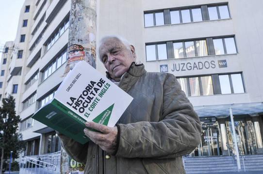 8e56c864615 Carlos Díaz Güell con su libro en las manos frente a los Juzgado de Plaza de