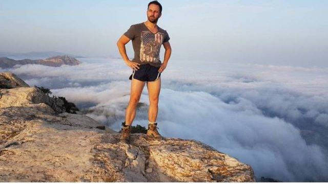 Santiago Abascal en mini short.