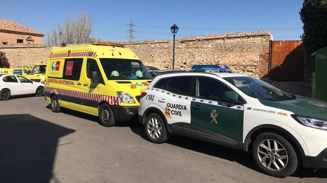 Efectivos de la Guardia Civil y de Emergencias en la puerta de la vivienda de Loeches / Europa Press.