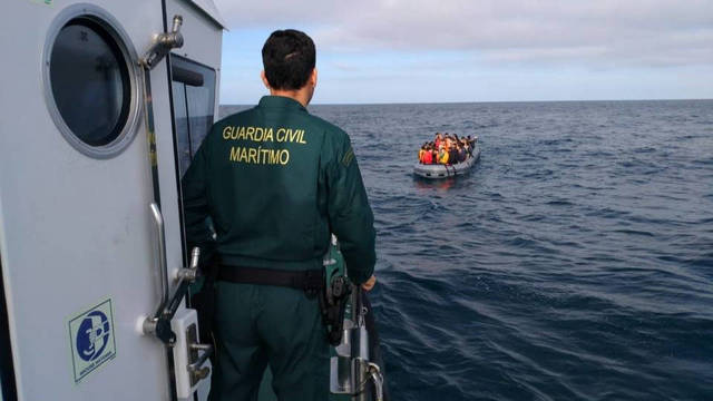 La Guardia Civil en el momento de interceptar la patera.