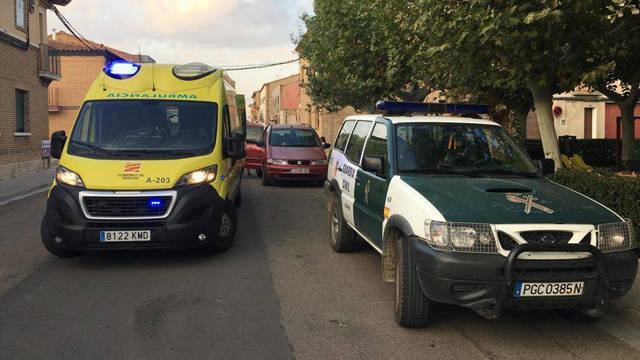 La ambulancia y el coche de la Guardia Civil en Luceni.